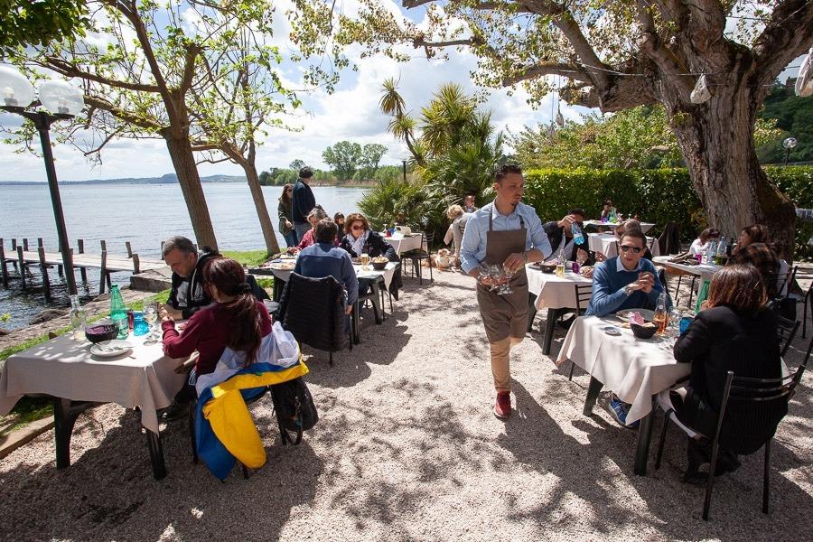 Het terras van restaurant Da Giggetto aan het Lago di Bolsena